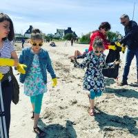 Nettoyage de la plage de l'anse du Stole par le conseil municipal des jeunes de Plœmeur