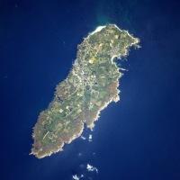 L'île de Groix... et la plage du Pérello à Ploemeur apparaît à gauche de la photo